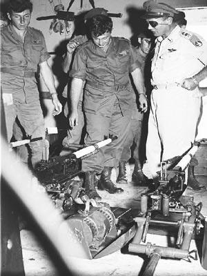 Командующий генеральным штабом Моше Даян осматривает трофеи операции