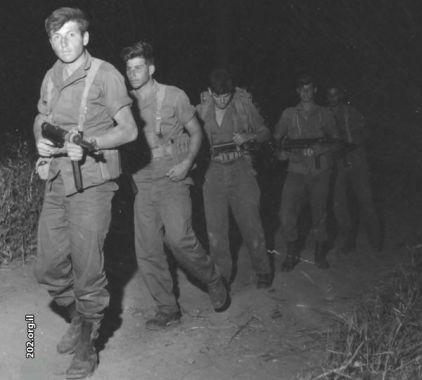 Бойцы подразделения 101 на марше, обратите внимание на вооружение - немецкие МП-40.
