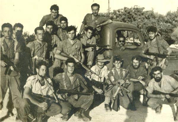 Разведрота 890-го десантного батальона 1954г. Вооружение МП-40 и американский ПП Томпсона.