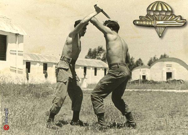 Бойцы за отработкой навыков рукопашного боя. В углу значок об окончании курса рукопашного боя.