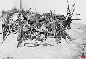 Трофейное оружие египтян, взятое в результате 20 минутного штурма армейской базы в тылу противника на Синайском полуострове. Вместе с трофейным оружием десантники вынесли из этой операции еще и 29 египетских солдат и офицеров, некоторые были ранены, так что были в прямом смысле вынесены.
