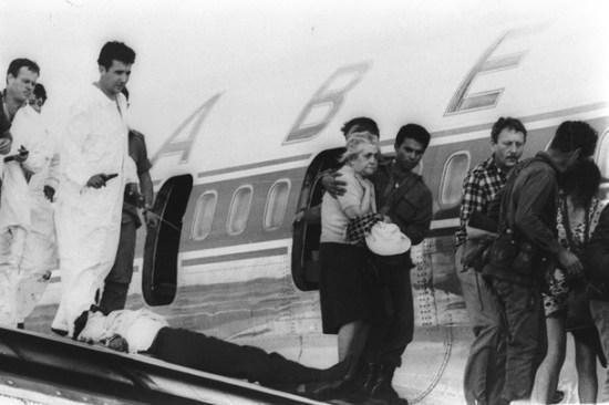 Барак с подчиненными на крыле самолета, в руках Барака пистолет Беретта модель 71 кал. 0.22LR