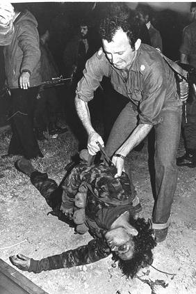 Эхуд Барак у трупа убитого боевика.