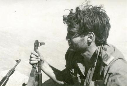 Капитан Узи Даян гора Хермон 1973. Заметьте, что учитывая диверсионный характер операции бойцы вооружены АК.