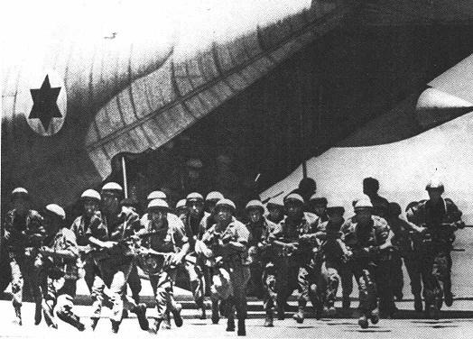 Высадка десанта с хвоста С-130 Геркулес.