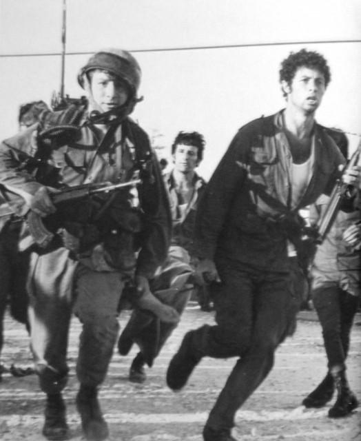 Бойцы эвакуируют раненых после штурма в Маалоте.