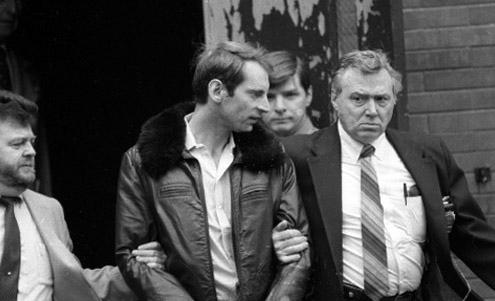 Маршалы выводят Гетца из здания суда после очередного заседания
