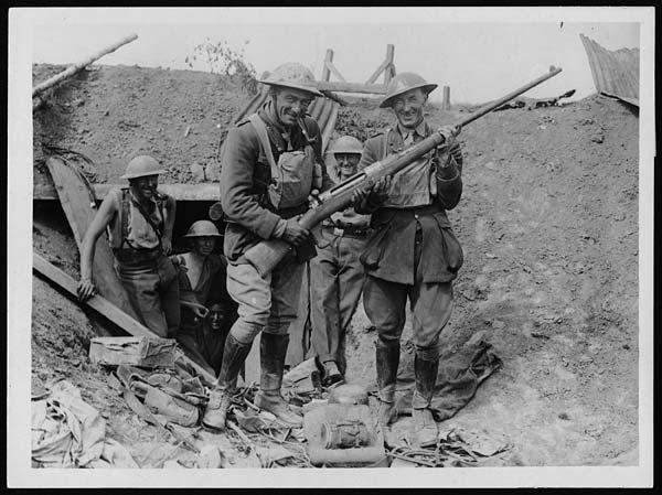 Английские солдаты с трофейным немецким Маузером.
