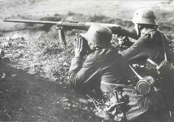 Немецкие солдаты на позиции с ПТР Mauser T-Gewehr