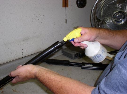 Спочатку зброю потрібно розібрати і протерти насухо. Потім ретельно змастити кожну металеву деталь.