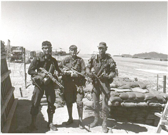 Отряд MACV SOG , Вьетнам. Слева Ed Wolcoff с укороченным РПД.