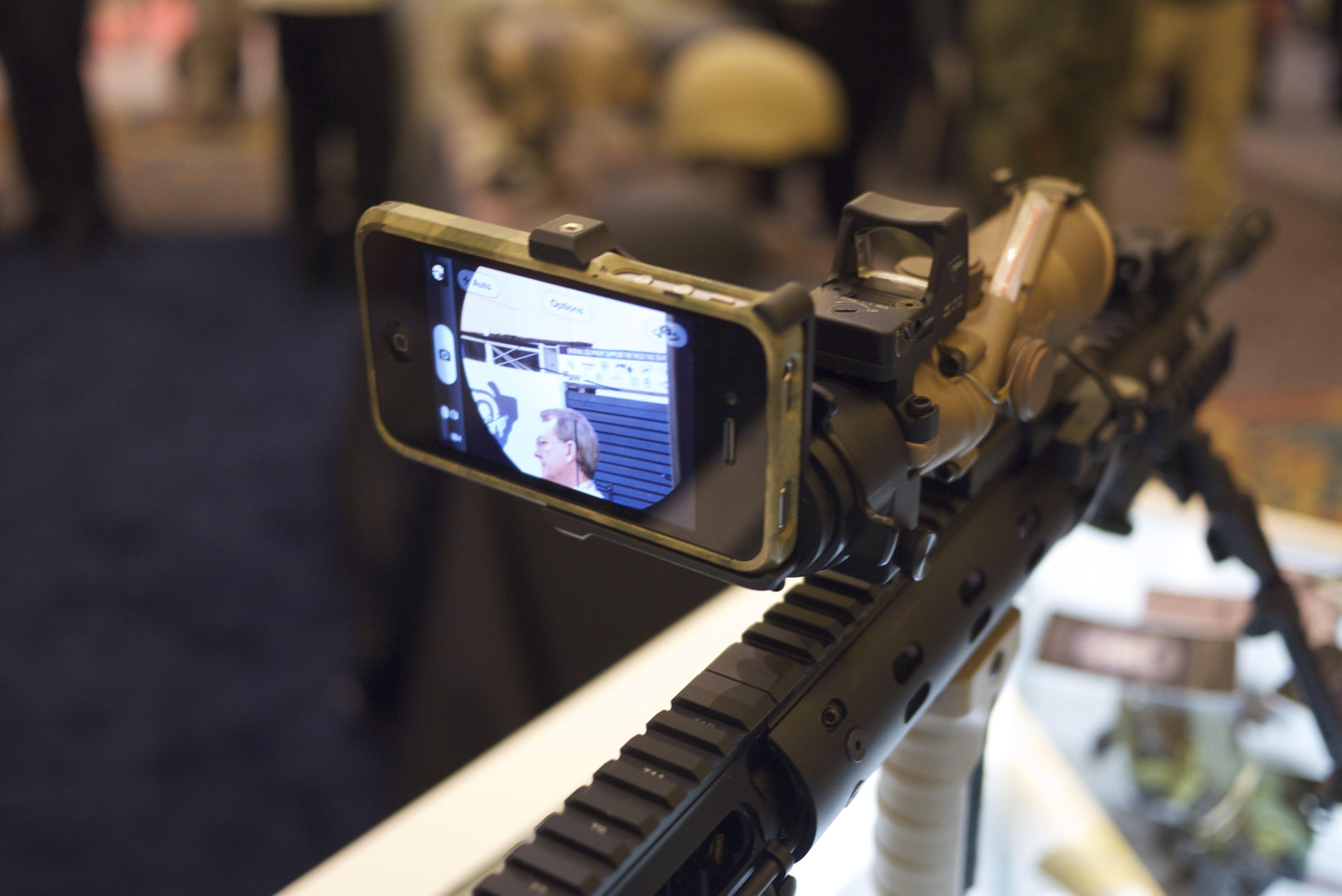 Интересно, это iPhone является аксессуаром для AR-15 или AR-15 служит аксессуаром для iPhone?