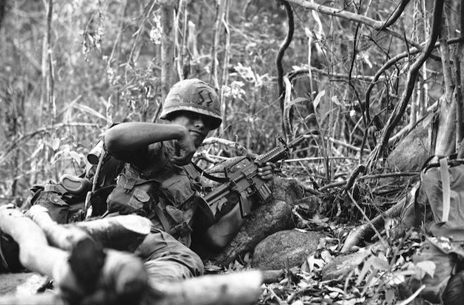 Десантник США с AR-15 во Вьетнаме, 1967 г.