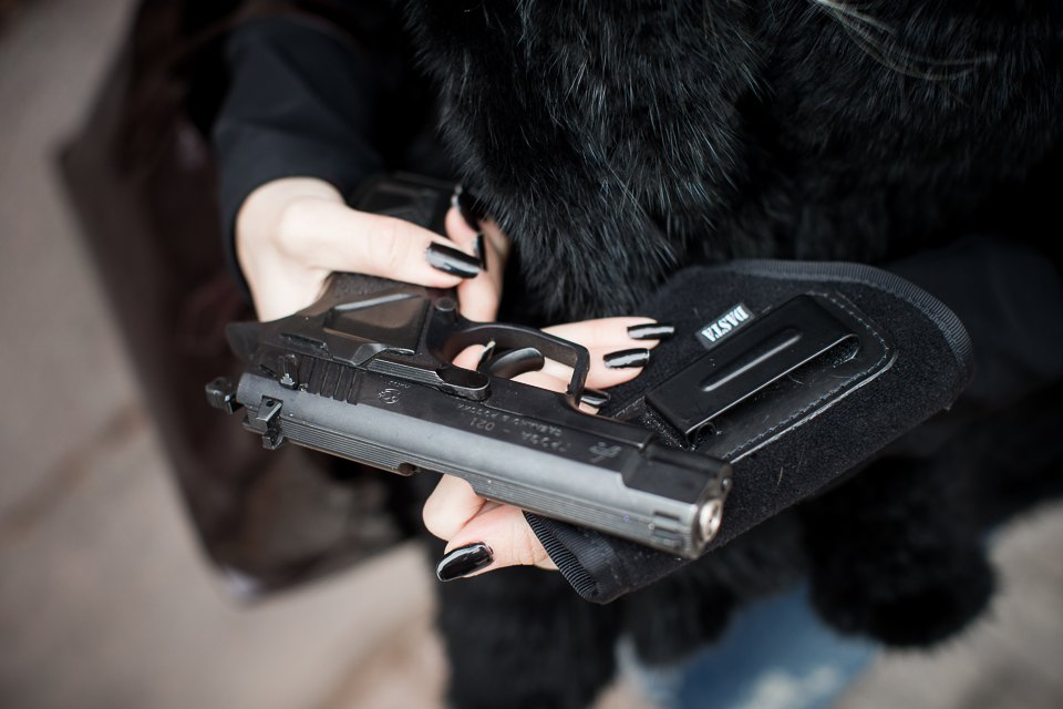 Оружие подарили 6 лет назад на день рождения. Носит в сумке, если поздно возвращается домой, обычно держит его в машине.
