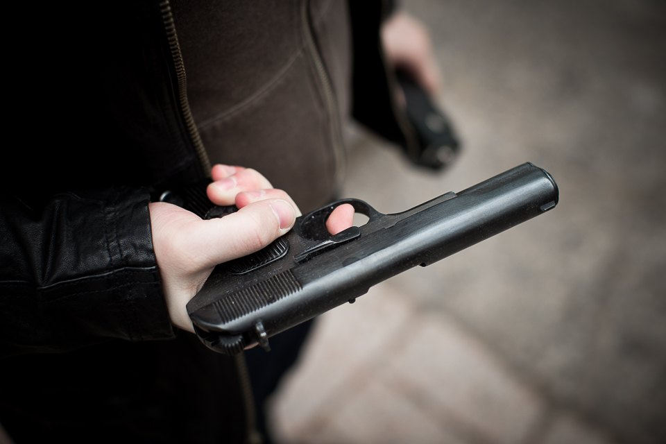 Владеет оружием около года, обычно носит его в кобуре за пазухой или в сумке, несколько раз применял