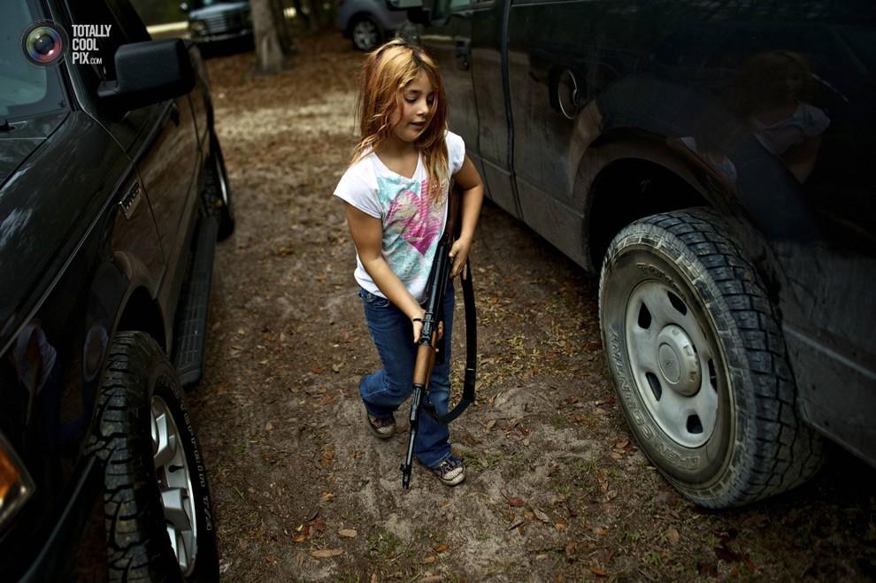 Девятилетняя Брианна с АК-47 сейчас отправится на полевые учения в Старом городе