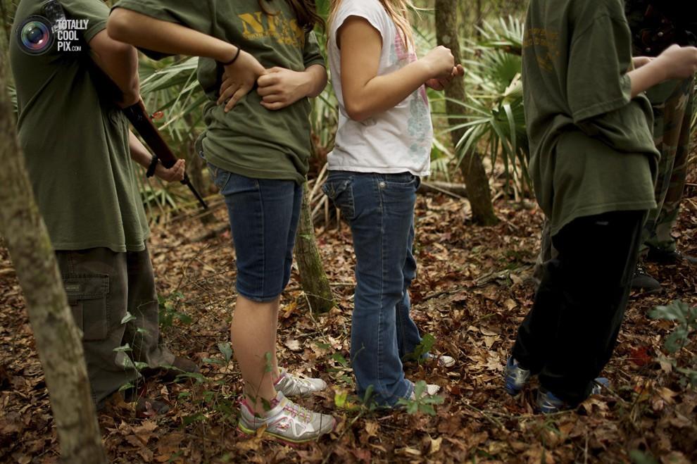 Группа детей в лесу во время полевых уроков по выживанию