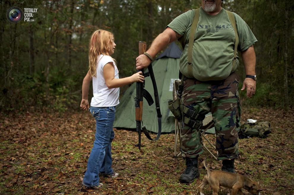 9-летняя Брианна отдает АК-47 наставнику