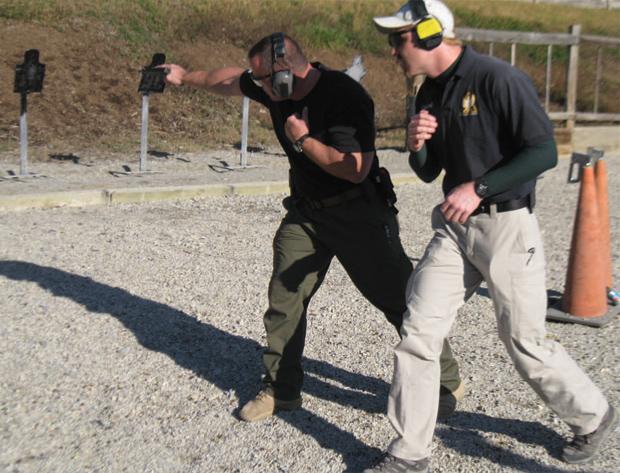 Автор практикует стрельбу в движении на курсах TDI