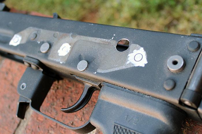 Для установки рычага предохранителя требуется просверлить отверстие с левой стороны ствольной коробки