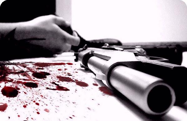 Женщина выстрелила себе в голову из пистолета