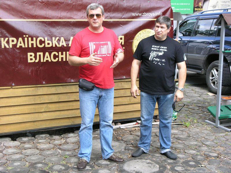 Голова Асоціації Георгій Учайкін та представник «Світу Зброї» Олександр Косякевич