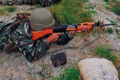 Индийский солдат с автоматом INSAS