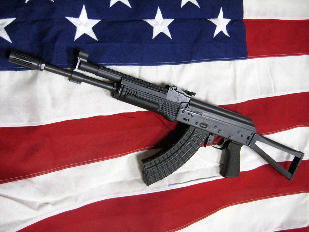 Высококачественный АК сборки Rifle Dynamics на американском флаге.