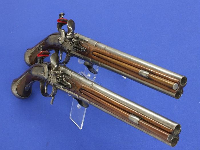 Пара пистолетов с поворачивающимся блоком стволов и единым курком. 18-й век.