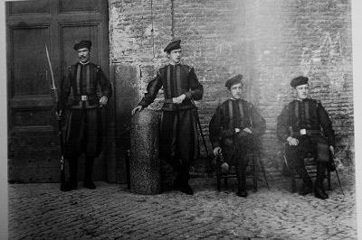 Швейцарські гвардійці 1870-х років із сучасними на той час гвинтівками Vetterli.