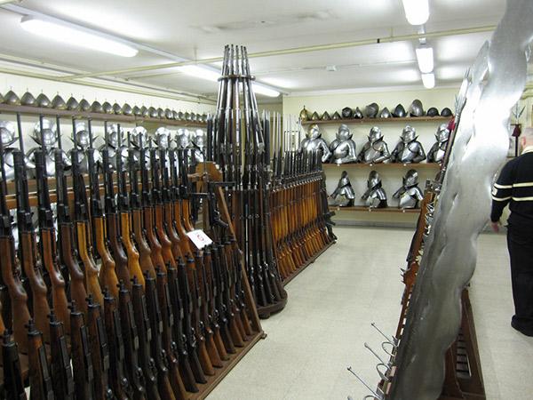 …Майже забуті пістолети-кулемети MKPO (зліва внизу) та кілька MP43-44 (зліва вгорі). До речі, зверніть увагу на дворучні мечі в правій частині фотографії.
