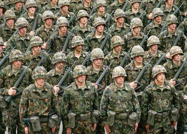 Всі швейцарські гвардійці проходять службу в регулярній армії Швейцарії