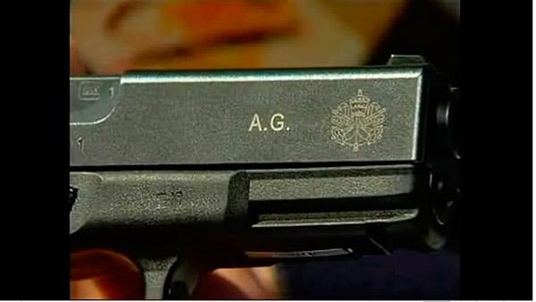 Зброя швейцарських гвардійців, наприклад цей Glock 19, має клеймо з символікою Ватикану