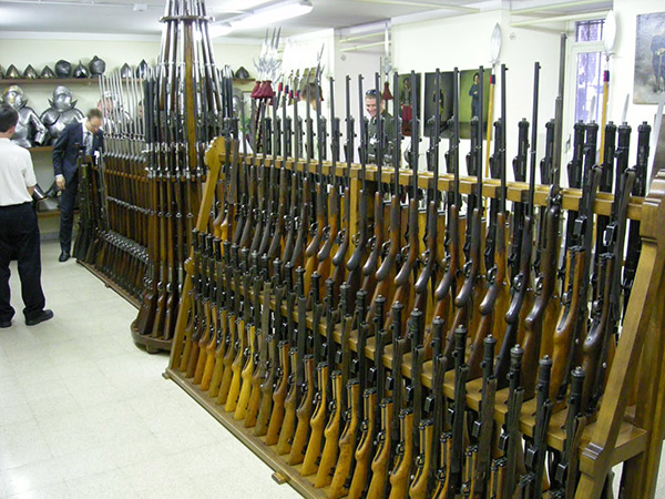 Пістолети-кулемети MP43-44 зберігаються нижче пістолетів-кулеметів Schmidt Rubin K31 і швейцарських гвинтівок Vetterli...