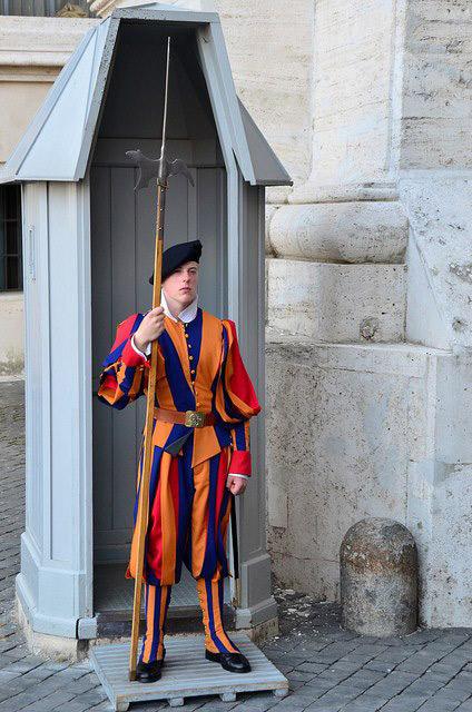 Гвардійці, що несуть службу на Публічних постах (т.зв. «Туристичних постах»), озброєні середньовічною зброєю: списами, алебардами і короткими мечами. І вони вміють поводитися із цим раритетом.