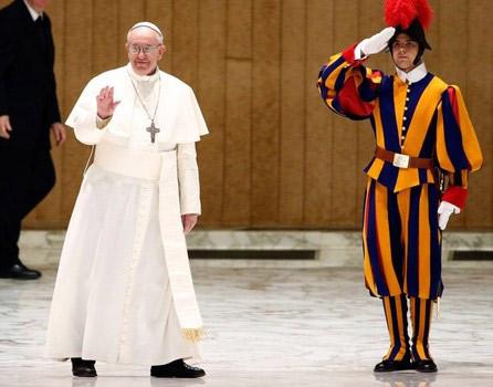 Папа Римський Франциск і швейцарський гвардієць,що віддає йому військову честь.
