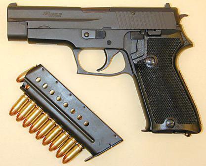З 1990 року, стандартним пістолетом швейцарської гвардії став Sig P220.