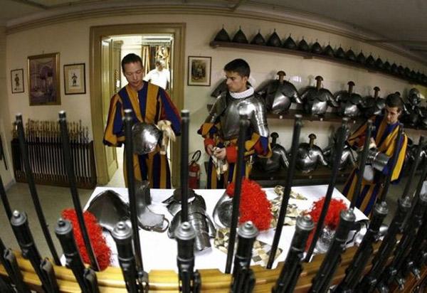 Швейцарська гвардія готує екіпіровку.