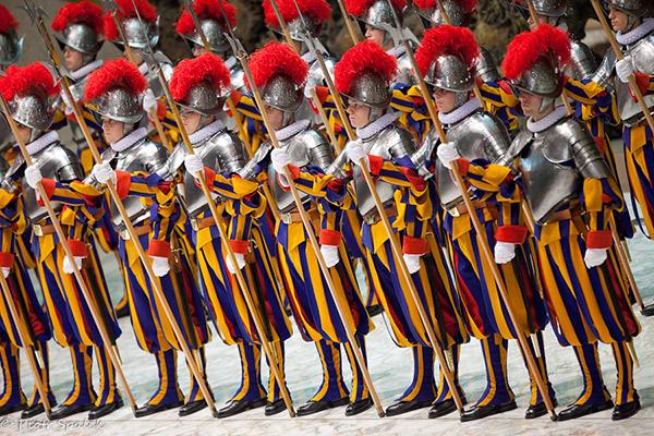 Хоч швейцарські гвардійці і скидаються на іграшкових солдатиків, всі вони – досвідчені військові, які мають за плечима ретельну підготовку і служать у найстарішому в світі військовому підрозділі. І це варте поваги.