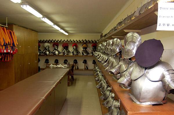 Крім того, в арсеналі є приміщення для зберігання безлічі комплектів броні...