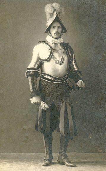 Форма швейцарських гвардійців виявно застаріла, чого не можна сказати про їхнє озброєння.