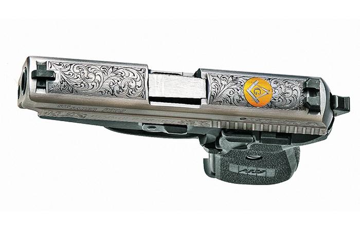 Этот P239 превратился в уникальный масонский символ с орнаментом в виде цветов и золотым покрытием кожуха-затвора.