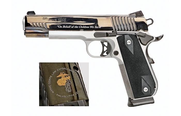 Эта двухцветная модель Colt 1911 показывает, что золотой пакет компании Sig включает в себя гравировку вырезов, селективное покрытие золотом и две эмблемы и две надписи на кожухе-затворе.