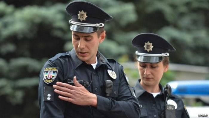 Службовець поліції в робочий час повинен мати при собі посвідчення і жетон з особистим номером.