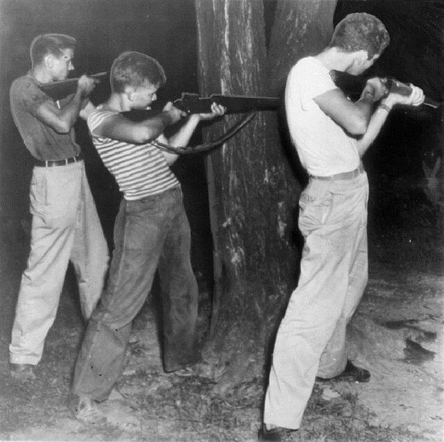 Трoe ветеранов участвуют в перестрелке у здания тюрьмы