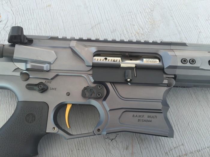 Гвинтівка знімається із запобіжника переведенням важеля вгору на 45 градусів, а не 90