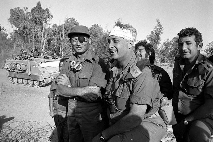 На переднем плане генерал Ариэль Шарон с министром обороны Моше Даяном