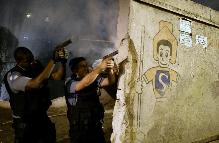 State employees and public figures as well as private citizens in the public eye would be authorized to carry arms under proposed new laws in Brazil (AFP Photo/Christophe Simon)