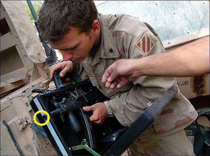 Солдат інспектує отвір для стрільби