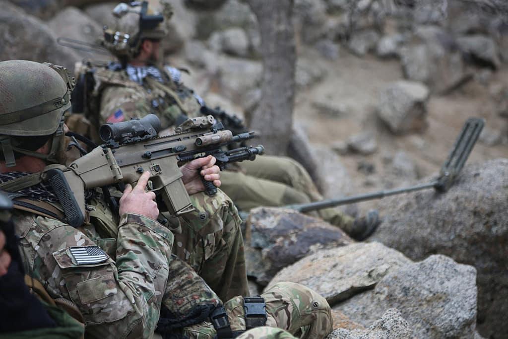 Солдат під час відпочинку в Афганістані. Армія США обмірковує озброєння солдатів гвинтівками калібру 7,62 мм, на зразок Mk.17 SCAR-H